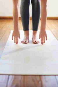 Gabi übt Yoga
